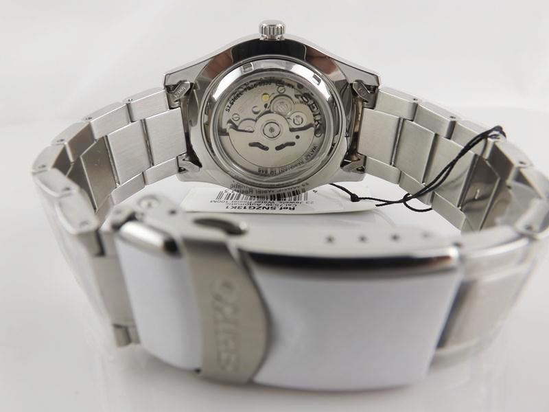 Mặt sau và dây đồng hồ Seiko SNZG13K1 (5)